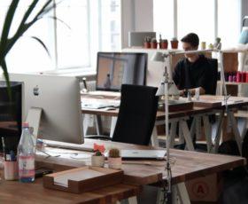Gute Arbeitsatmosphäre im Großraumbüro