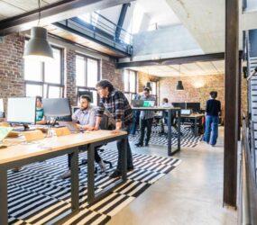 Wie der Sitzplatz im Großraumbüro Zufriedenheit, Teamwork und Produktivität stärkt